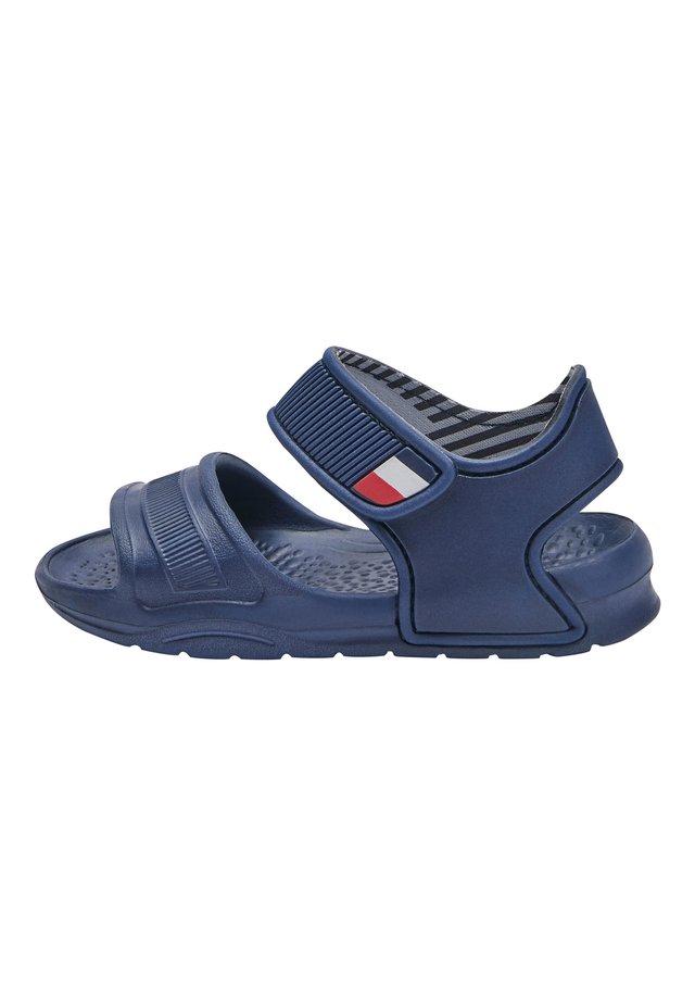 (YOUNGER) - Sandály do bazénu - blue