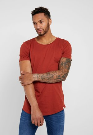 SHAPED TEE - T-shirt con stampa - burnt henna
