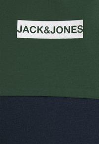 Jack & Jones - JCOBLOCKS TEE CREW NECK - Print T-shirt - darkest spruce - 2