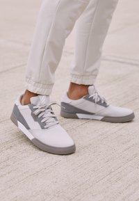 adidas Golf - ADICROSS RETRO RIP - Golfschoenen - grey two/footwear white/grey four - 4
