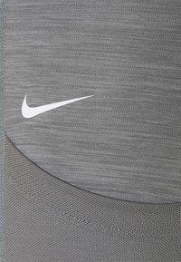 Nike Performance - 7/8 FEMME - Leggings - smoke grey heather/bright mango/white - 5