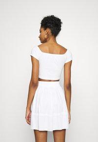 NA-KD - PAMELA REIF OFF SHOULDER  - Basic T-shirt - white - 2