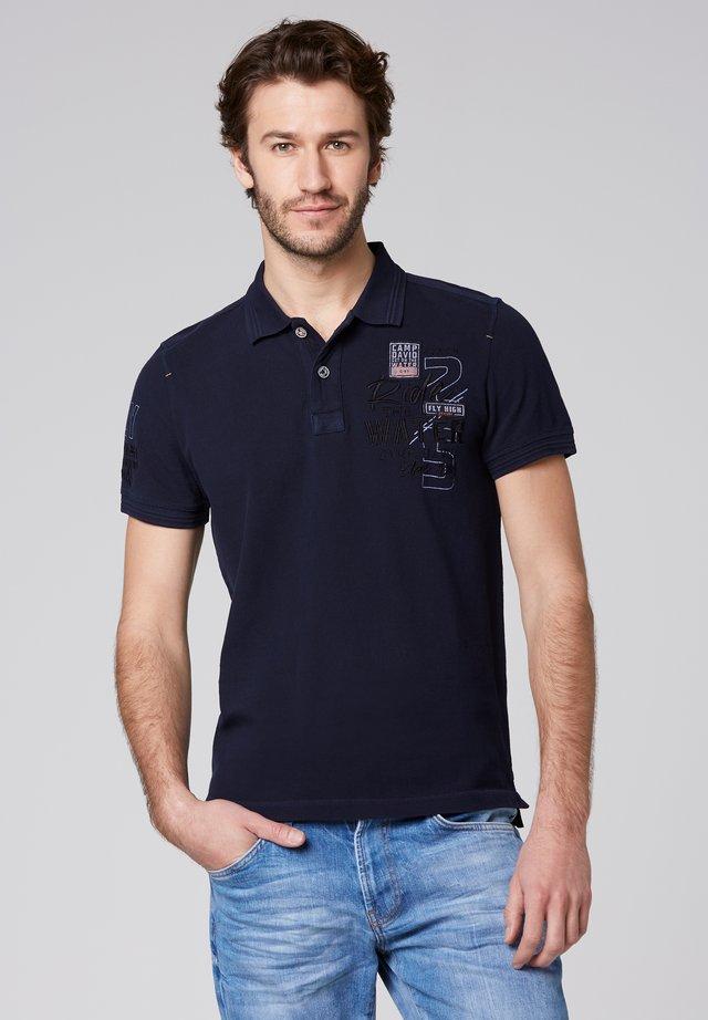 MIT WASCH-EFFEKT UND ARTWORKS - Polo shirt - thunder blue