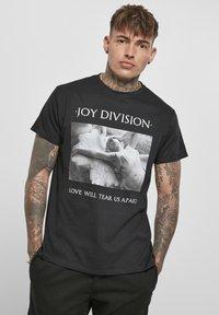 Mister Tee - HERREN JOY DIVISION TEAR US APART - Print T-shirt - black - 0