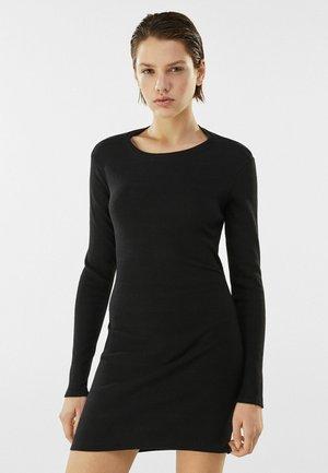 MIT RAFFUNGEN  - Pletené šaty - black