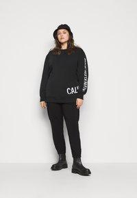 Calvin Klein Jeans Plus - PLUS STRETCH INNOVATION - Hoodie - black - 1