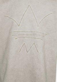 adidas Originals - ABSTRACT TEE - Triko spotiskem - timber - 5