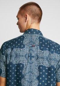 Tommy Jeans - BANDANA PRINT SHIRT - Shirt - blue - 3