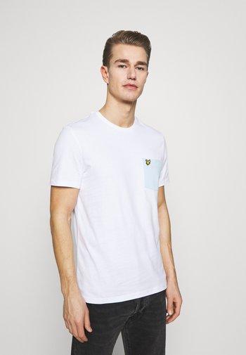 CONTRAST POCKET - T-shirt med print - white/deck blue