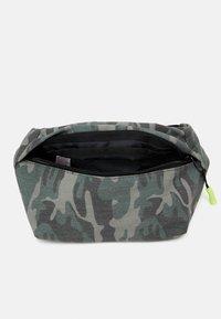 Name it - NKMDRAMO BELTBAG UNISEX - Across body bag - deep lichen green - 2