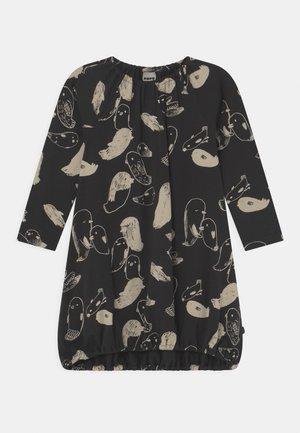 POUCH DRESS BIRDS - Žerzejové šaty - black