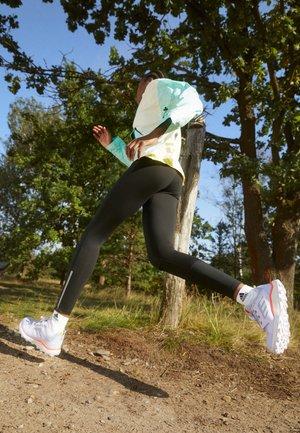 TERREX AGRAVIC TR - Scarpe da trail running - violet tone/footwear white/solar red
