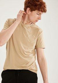 DeFacto Fit - Camiseta básica - beige - 0
