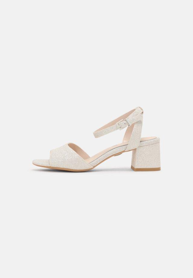 BELINDA - Sandalen - white
