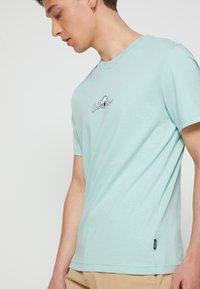 Calvin Klein - SUMMER CENTER LOGO - T-shirt con stampa - crushed mint - 4