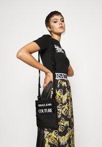Versace Jeans Couture - UNISEX - Taška spříčným popruhem - nero - 1