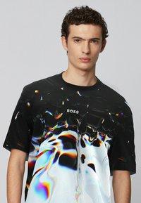 BOSS - T-shirt imprimé - patterned - 3