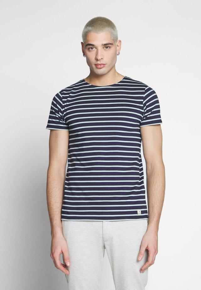 HOËDIC TEE - Print T-shirt - navire/marsouin