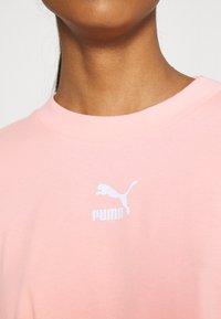 Puma - CLASSICS TEE DRESS - Jerseyjurk - apricot blush - 3