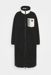 REVERSIBLE SHERPA COAT - Frakker / klassisk frakker - black/ecru