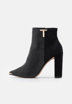 QINALA - Højhælede støvletter - black