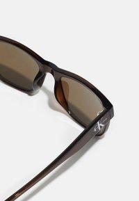 Calvin Klein Jeans - UNISEX - Sunglasses - crystal brown - 3