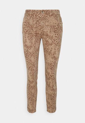 SUMNER LEO PANT - Jeans Skinny Fit - cuban sand