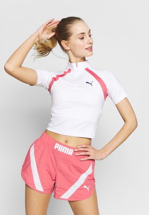 STUDIO CLASH ACTIVE CROPPED TEE - T-shirt z nadrukiem - white