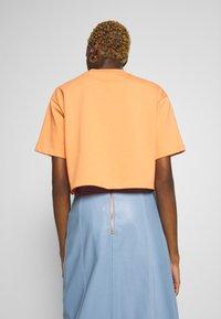Nike Sportswear - T-shirts - orange trance - 2