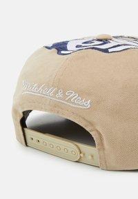 Mitchell & Ness - GEORGETOWN UNIVERSITY NCAA BIG LOGO DEADSTOCK SNAPBACK - Cappellino - light brown/blue - 4