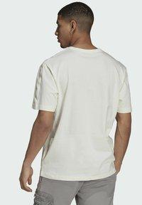 adidas Originals - T-shirt med print - white - 1