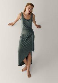 Massimo Dutti - MIT ZIERKNOTEN  - Maxi skirt - green - 3