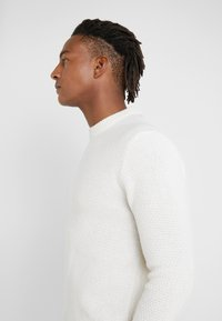 Filippa K - TOBIAS - Jumper - almond white - 4