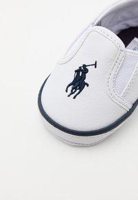 Polo Ralph Lauren - BAL HARBOUR LAYETTE UNISEX - Chaussons pour bébé - white/navy - 5