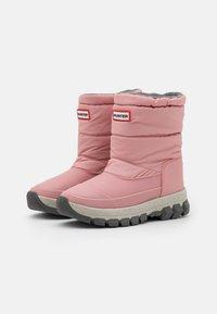 Hunter ORIGINAL - WOMENS ORIGINAL INSULATED SHORT - Vinterstøvler - quartz pink - 2
