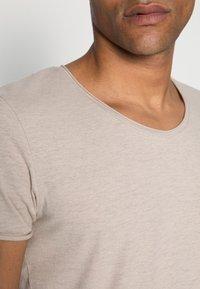Selected Homme - SLHNEWMERCE O-NECK TEE - T-shirt - bas - dove melange - 4