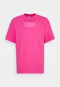 Karl Kani - SMALL SIGNATURE BOX TEE UNISEX - T-shirt imprimé - pink - 0