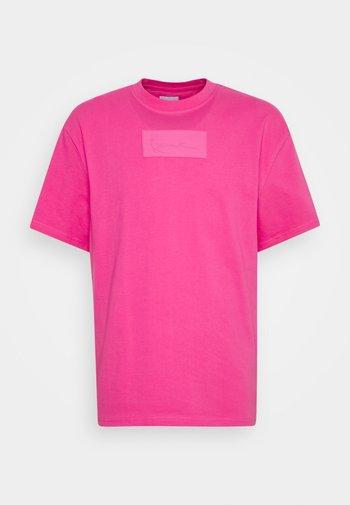 SMALL SIGNATURE BOX TEE UNISEX - T-shirt imprimé - pink