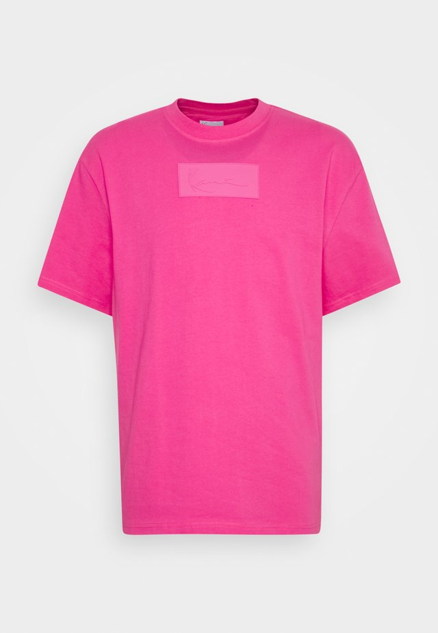 SMALL SIGNATURE BOX TEE UNISEX - T-shirts med print - pink