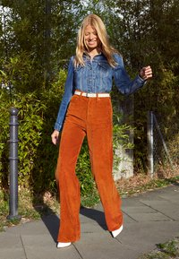 Levi's® - RIBCAGE CORD WIDE LEG - Flared Jeans - caramel - 5