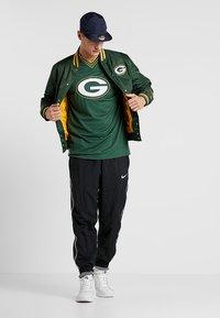 New Era - NFL GREEN BAY PACKERS OVERSIZED LOGO TEE - Klubové oblečení - green - 1