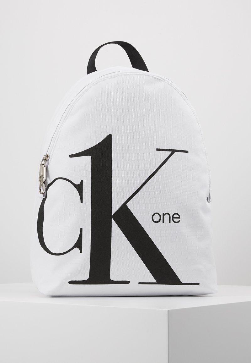Calvin Klein Jeans - ROUNDED - Batoh - white