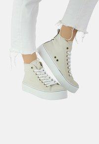 Priscila Welter - ANNIE - Sneakers hoog - sand - 0