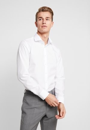 SLIM FIT SPREAD KENT PATCH - Finskjorte - white