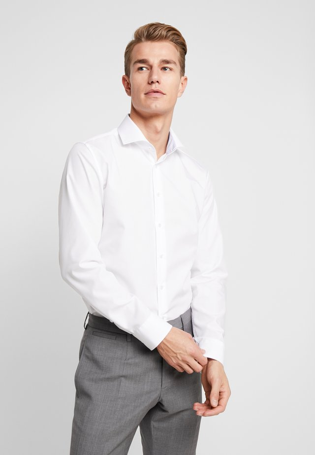 SLIM FIT SPREAD KENT PATCH - Formal shirt - white
