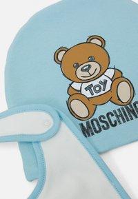 MOSCHINO - HAT BIB ADDITION SET UNISEX - Berretto - baby sky blue - 2