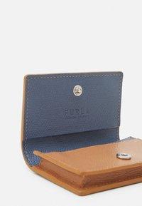 Furla - PROJECT BUSINESS CARD CASE - Peněženka - miele/blu denim - 3