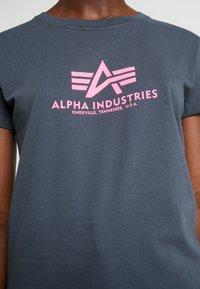 Alpha Industries - NEW BASIC - Print T-shirt - grey black/neon pink - 5