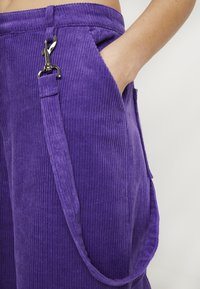 The Ragged Priest - WIDE LEG CROPPED TROUSER WITH COMBAT POCKET & STRAP DETAIL - Bukser - purple - 6