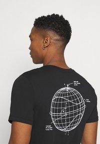 Nike Sportswear - Triko spotiskem - black - 3